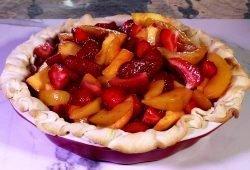 peach and strawberry pie